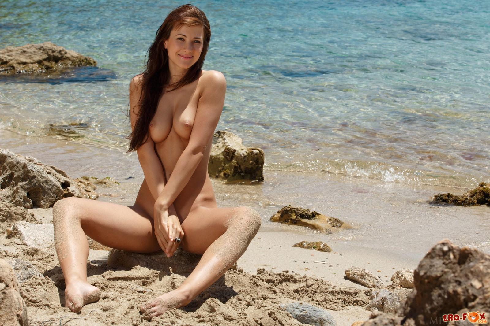 Голая тётя показала прелести на пляже .