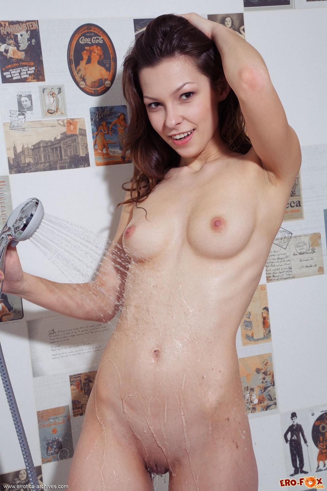 Голая жена позирует в ванной .