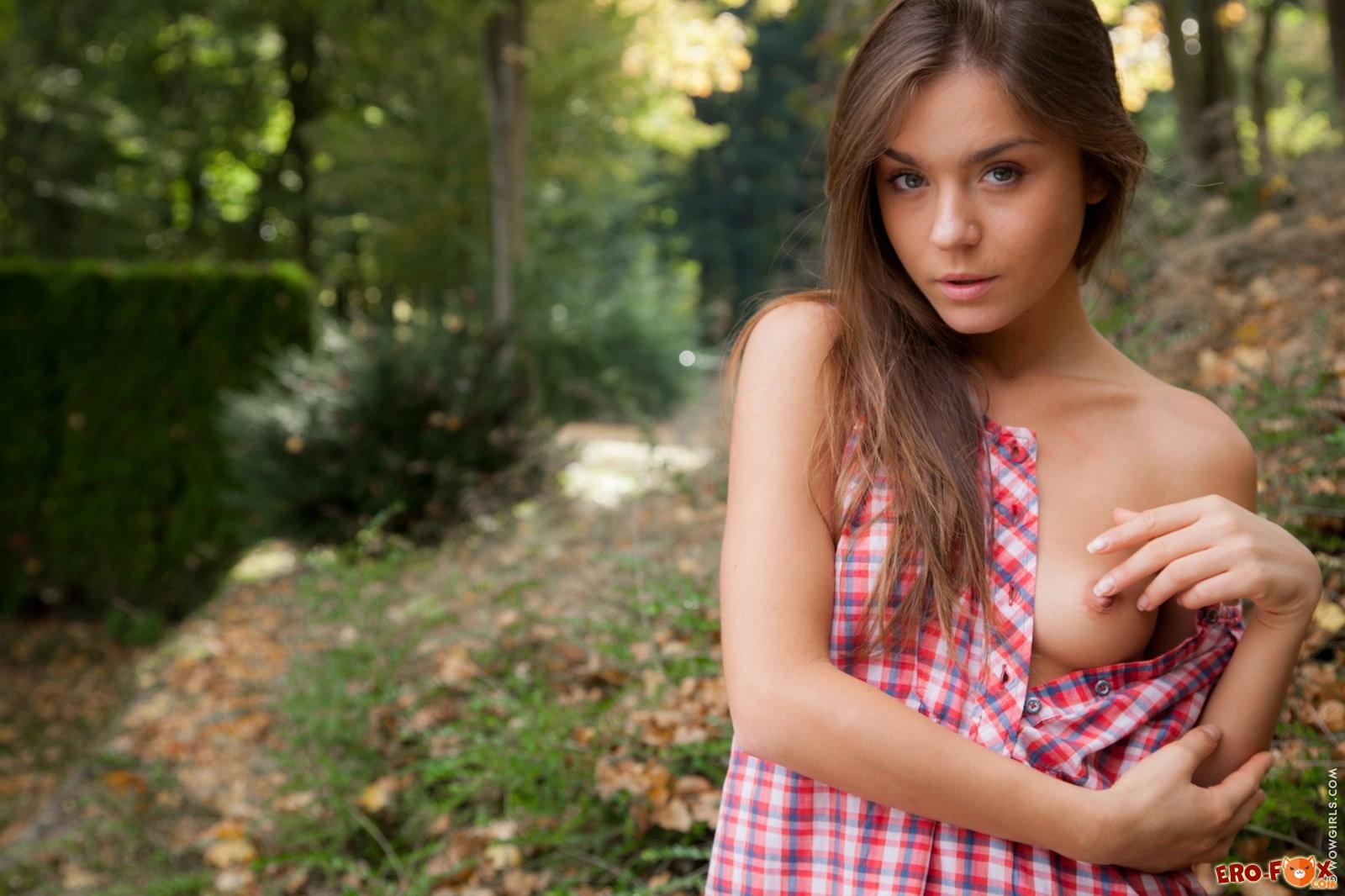 Девушка сняла трусики в лесу .