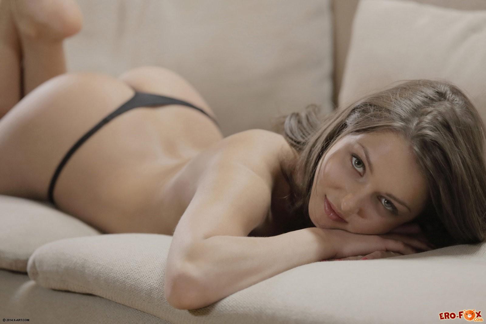 Голая русская Ленка снимает трусики .