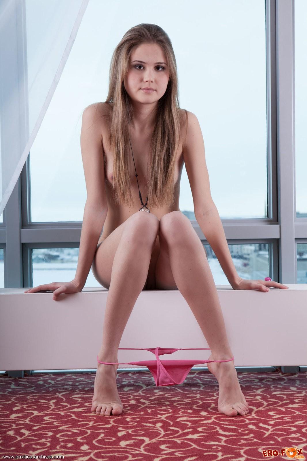 Русская девушка раздевается на камеру до гола .