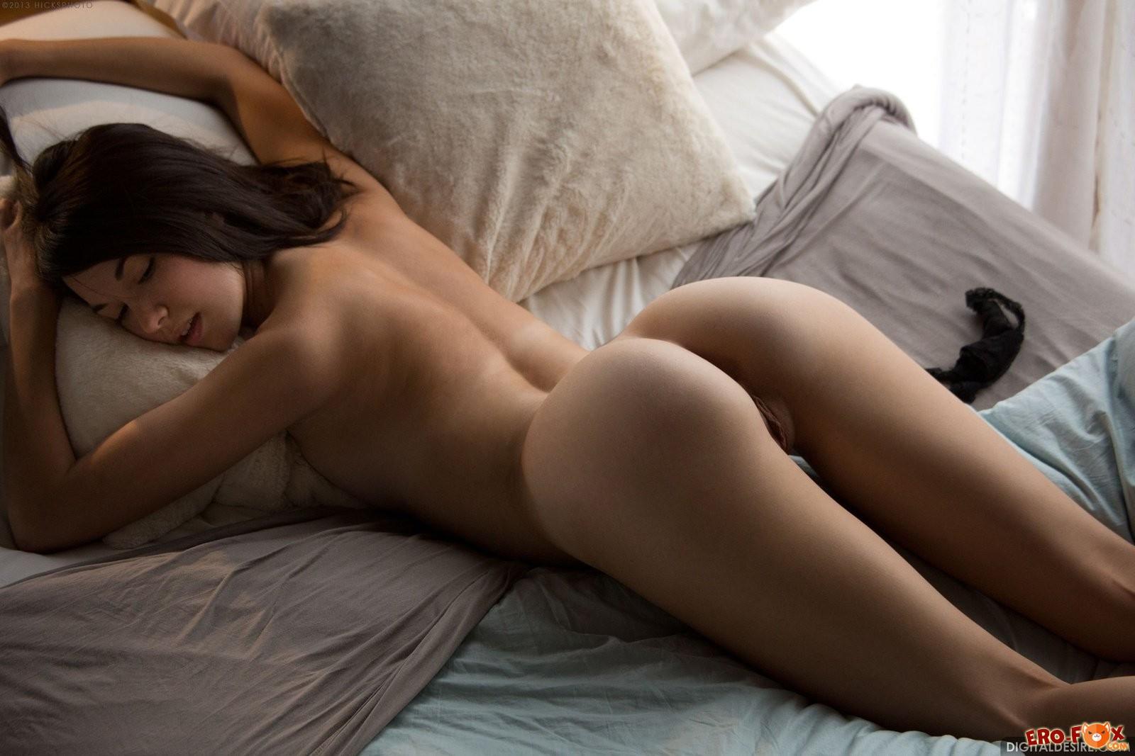 Девушка разделась и легла в постель .