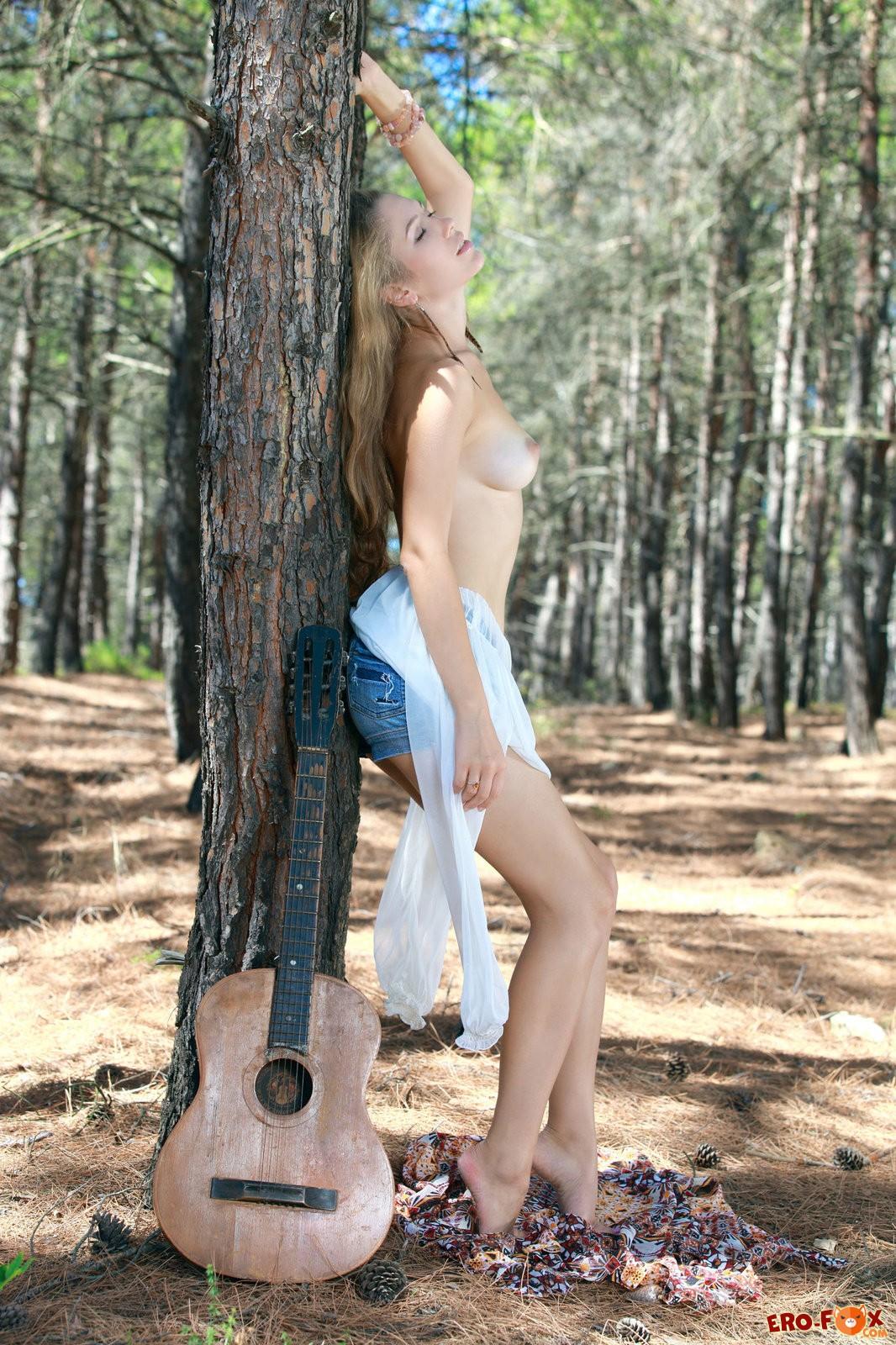Девушка в лесу показала писю и грудь .