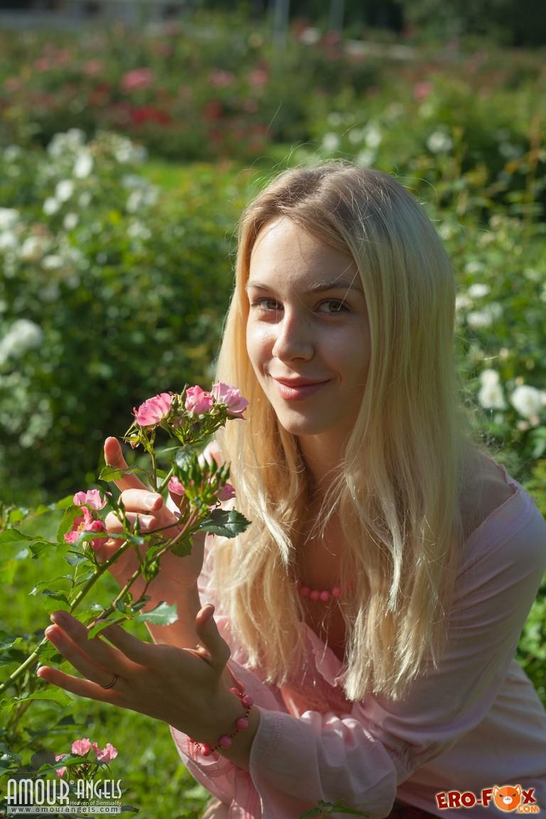 Очень красивая голая блондинка .