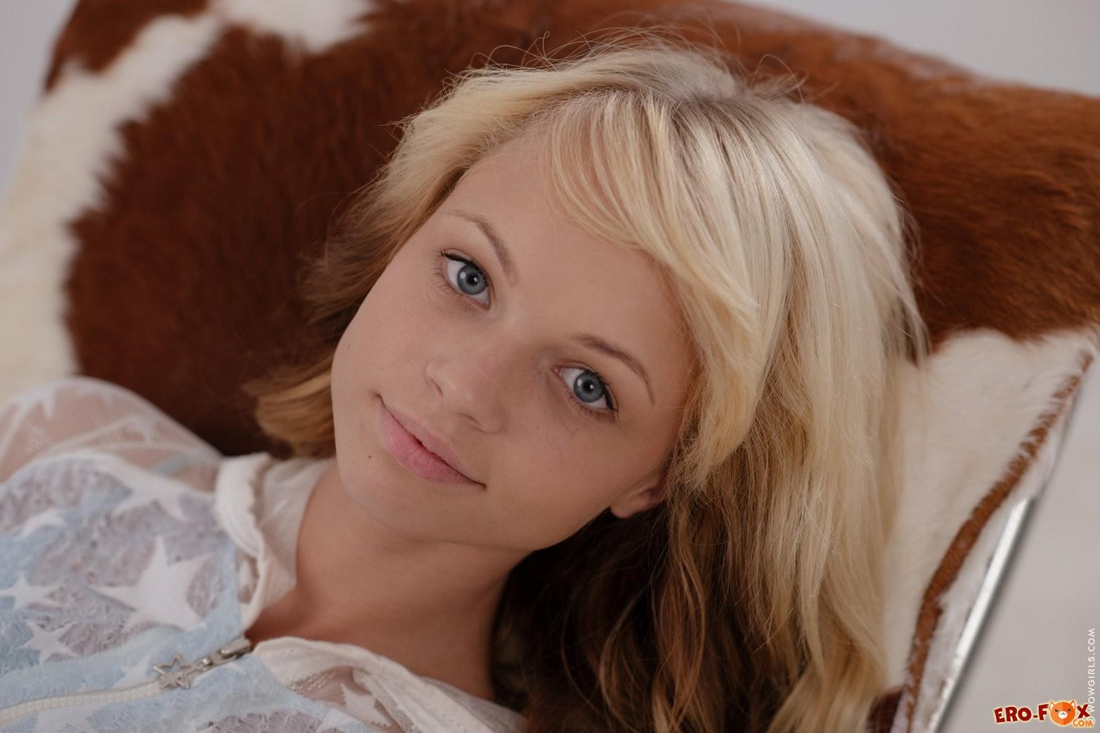 Молодая девушка снимает колготки без трусиков .