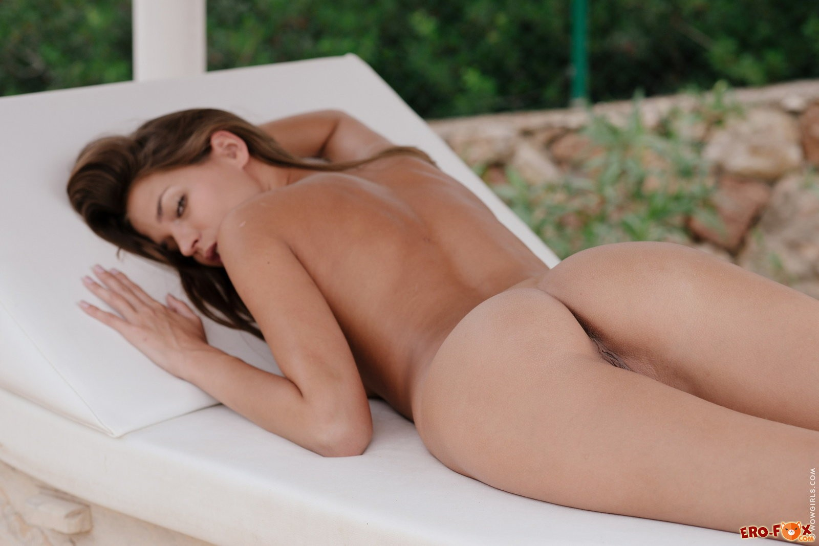 Сексуальная красотка разделась до гола .