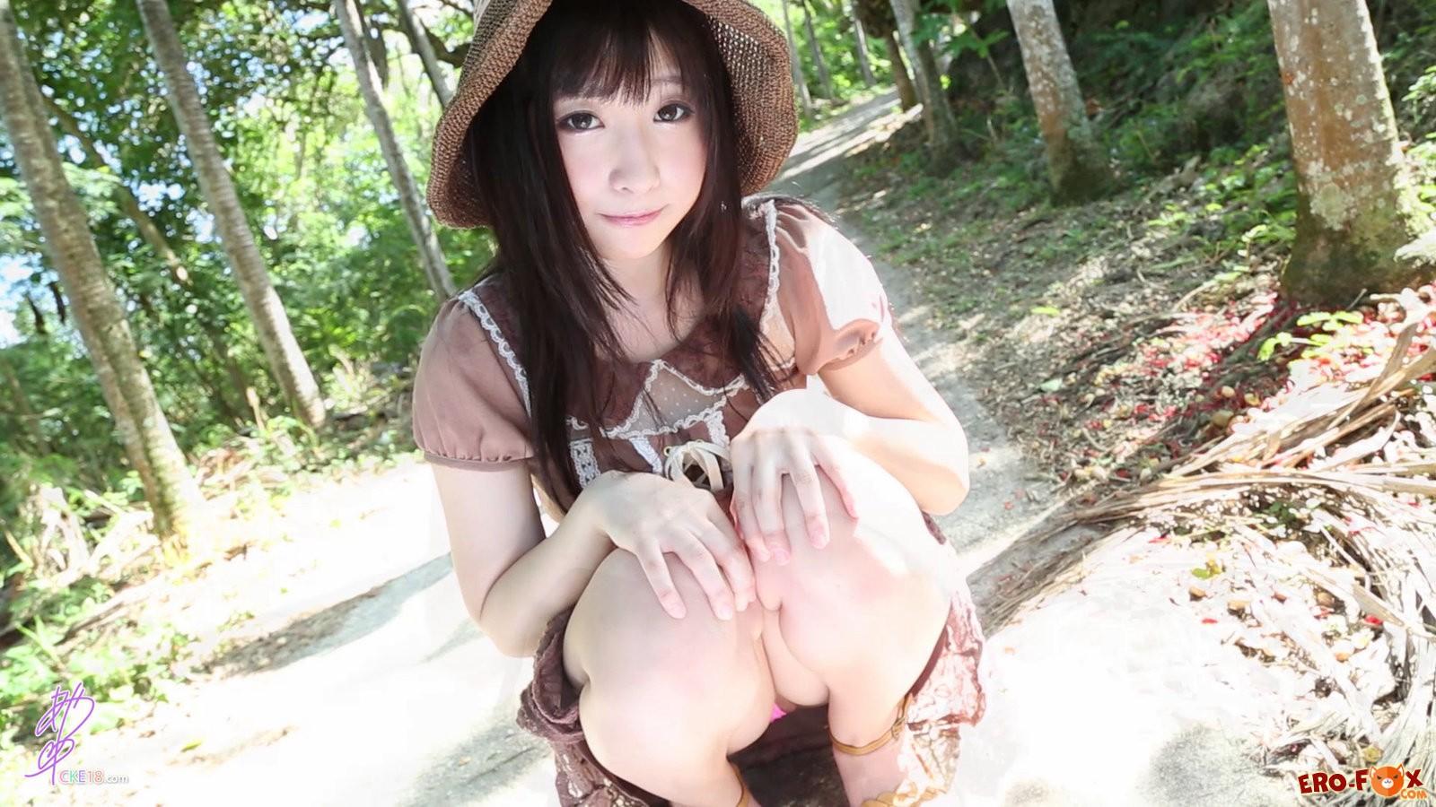 Трусики под юбкой японки .