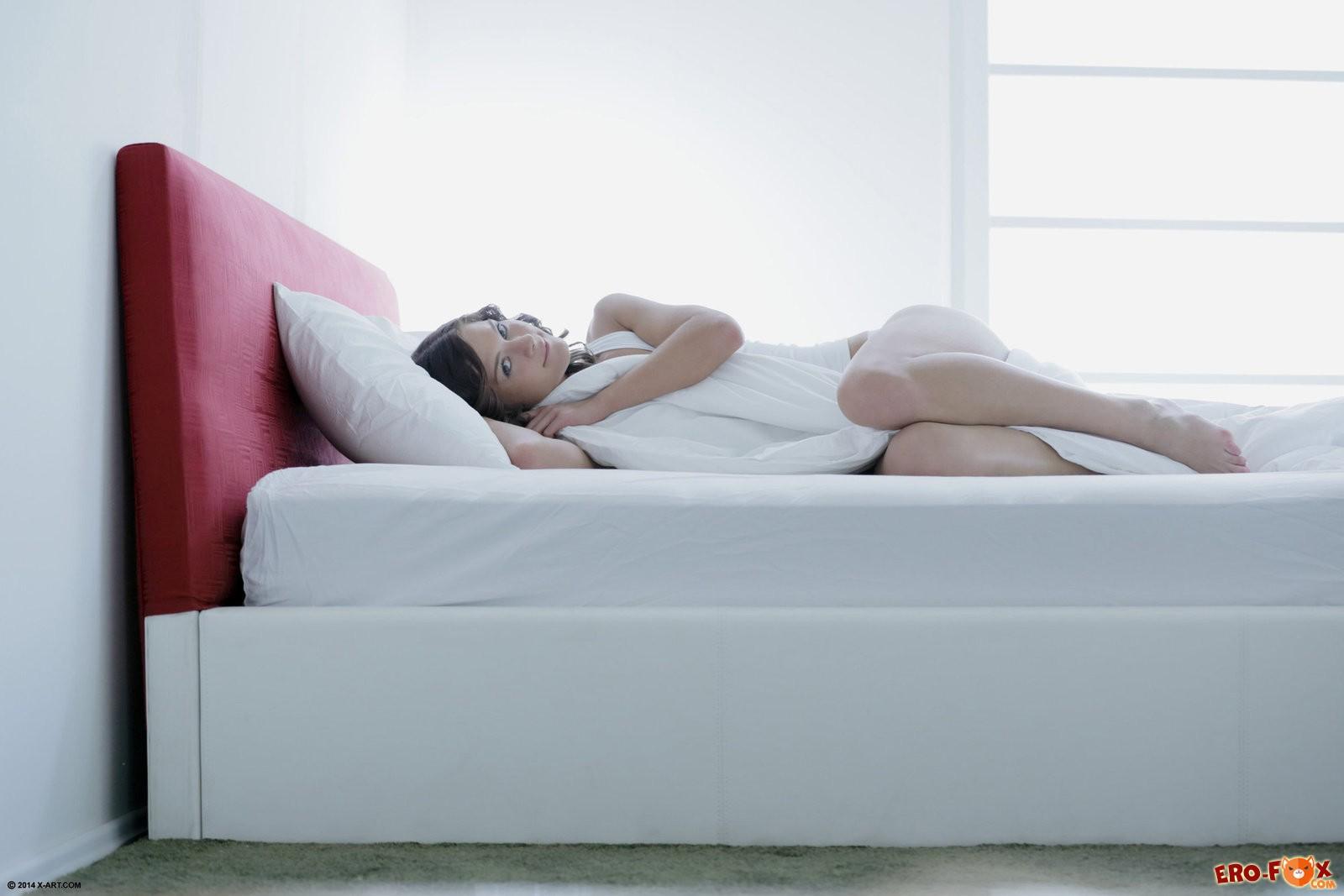 Девушка с маленькой грудью голая в постели .
