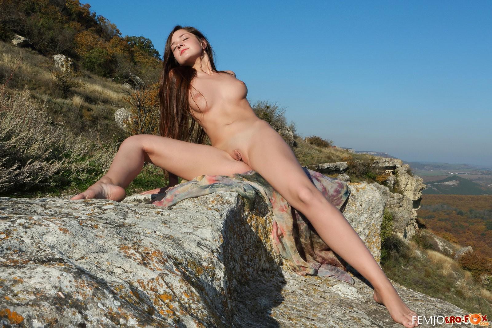 Голая девушка в горах - смотреть и скачать фото.